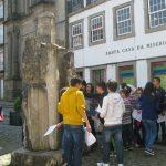 Alunos a realizar a atividade de descoberta do Centro Histórico de Guimarães.