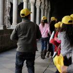 Alunos à chegada ao claustro antes de atividades educativas.