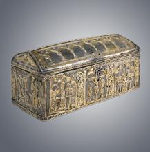 Cofre relicário em prata sobre estrutura de madeira. Século XIII.