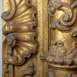 Pormenor da decoração do Retábulo da sacristia da Igreja do Carmo. Madeira. Século XVIII.