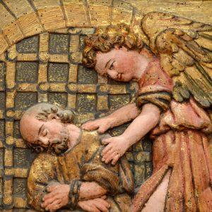 São Pedro na prisão com anjo. Pormenor de retábulo em talha dourada e policromada. Século XVII.