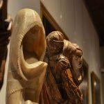 Esculturas em madeira e alabastro na exposição permanente. Século XVI.