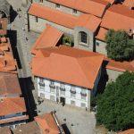 Vista aérea do complexo formado pelo Museu Alberto Sampaio e pela Igreja da Oliveira.