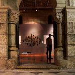 Portal da Sala do Capítulo com vista para o interior durante exposição temporária.