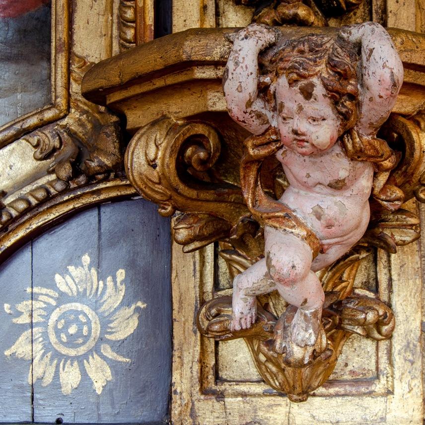 Menino. Pormenor dos painéis em talha da Igreja do Convento de Santa Clara. Século XVIII.