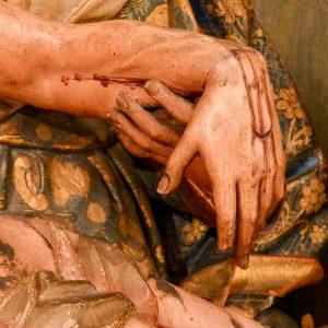 Virgem segurando a mão de Cristo. Pormenor da escultura em madeira 'Nossa Senhora da Piedade'. Século XVIII.