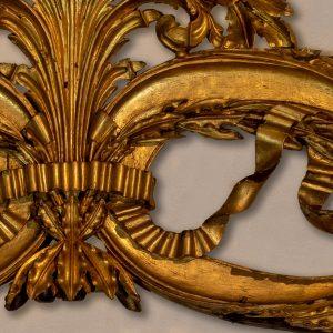 Pormenor de remate de sanefa. Madeira dourada e policromada. Século XIX.