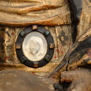 Relíquia. Pormenor da escultura 'Santa Ana' em madeira estofada.