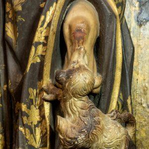 Cão com pão na boca. Pormenor da escultura em madeira de São Roque. Século XVIII.