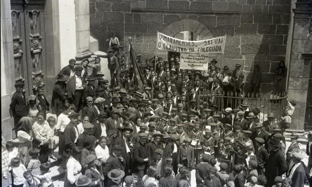 Manifestação a favor do restauro do claustro da Colegiada em 1929. Fotografia antiga.