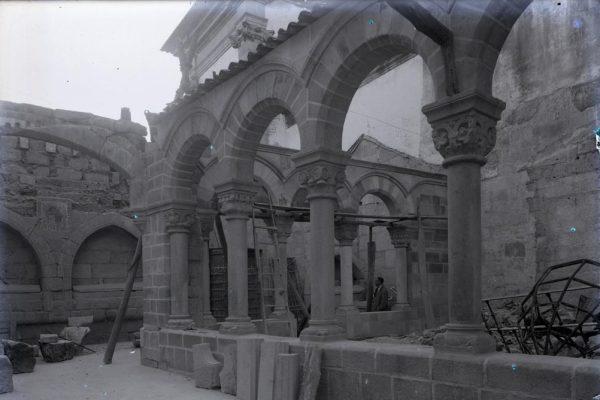 Fotografia antiga do restauro do claustro. Início do século XX.
