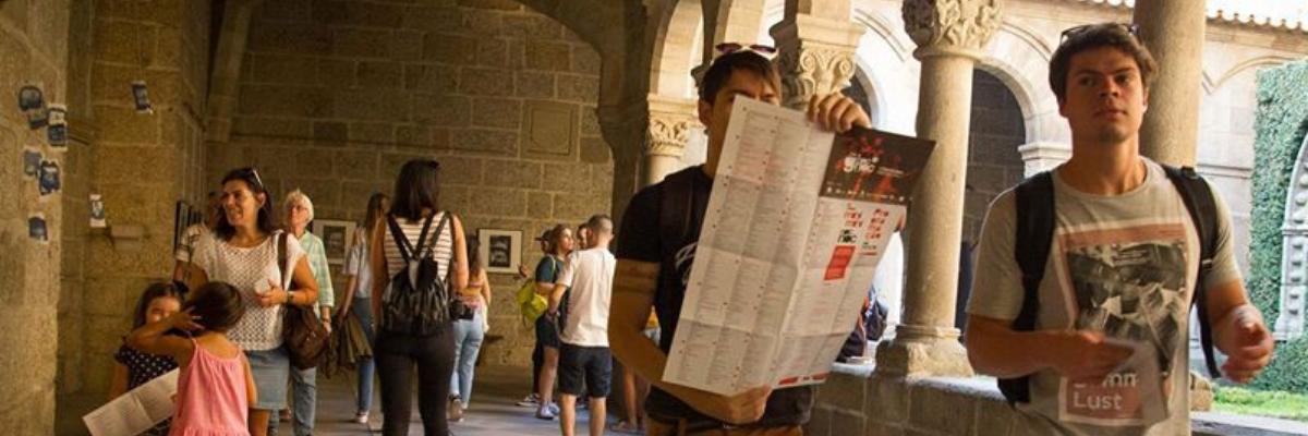 Visitantes no claustro durante festival de artes Guimaraes Noc Noc.