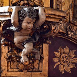 Menino. Pormenor Ilhargas da capela-mor da igreja do Convento de Santa Clara. Século XVIII.