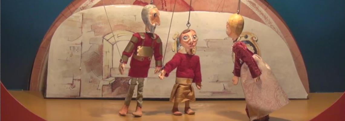 Cenário do teatro de marionetas 'Afonso Henriques: um Rei a valer!', com personagens.