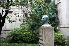 Busto de Alfredo Guimarães no jardim do claustro.