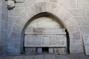 Túmulo de Dona Beringela Gil. Capela de são Brás. Século XV. Claustro do Museu.