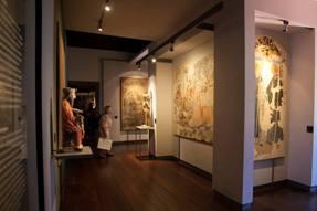 Vista de parte da sala de exposição da pintura a fresco.