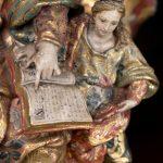Virgem a ler. Pormenor da escultura em madeira 'São Joaquim, Santa Ana e a Virgem Maria'. Século XVIII.