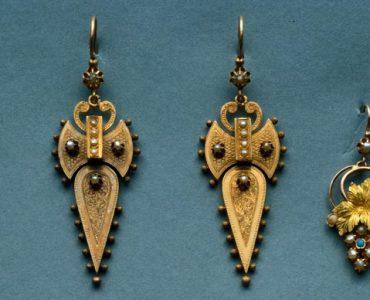 Dois pares de brincos e um pendente, pertencentes à coleção do Museu